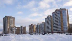 新的住宅复合体在冬天 库存图片