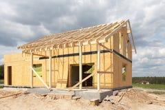 新的住宅木屋建设中反对蓝天 免版税库存照片