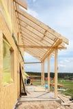 新的住宅木屋建设中反对蓝天 库存图片