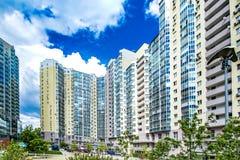 新的住宅高层建筑物的门面反对天空的 修建一个典型的住宅邻里的概念 库存照片