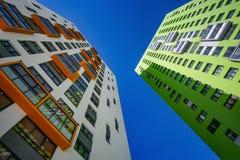 新的住宅高层建筑物的门面反对天空的 库存图片