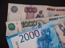 新的俄语2000卢布,老500和1000卢布 免版税库存图片