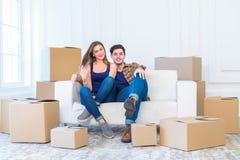 新的修理和拆迁 爱恋的夫妇享用一栋新的公寓 免版税库存图片