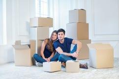 新的修理和拆迁 爱恋的夫妇享用一栋新的公寓 免版税库存照片