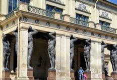 新的偏僻寺院,圣彼德堡的门廓有atlantes的 免版税库存照片