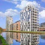 新的公寓在运河,蒂伦豪特,比利时反射了 免版税库存图片