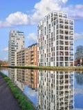 新的公寓在运河,蒂伦豪特,比利时反射了 图库摄影