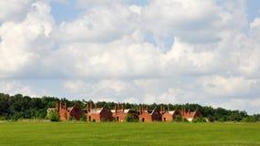 新的六个砖橙色大厦看起来象在晴朗的landskape的孪生与白色云彩 库存照片