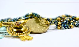 新的印地安人50卢比货币和10 rupess在被隔绝的背景的Coinswith首饰 免版税库存照片
