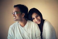 新的印地安夫妇的愉快的片刻 库存照片