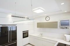 新的厨房在一个现代家 库存图片