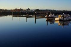 新的口岸小游艇船坞反射 库存图片