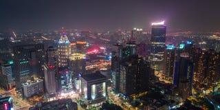 新的台北,台湾- 2018年4月2日:新北市街市地平线鸟瞰图在晚上 免版税库存图片