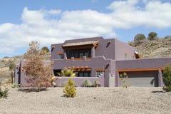 新的土坯房在沙漠 库存照片
