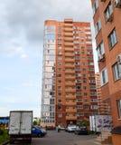 新的在城市街道上的楼层居民住房 住宅房子 免版税图库摄影