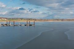 新的在冻湖Chiemsee的修造木brige 免版税库存照片