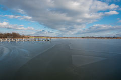 新的在冻湖Chiemsee的修造木brige 免版税库存图片