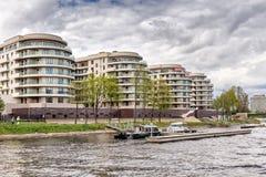 新的在Krestovsky海岛`特权`的精华住宅复合体在马来半岛Nevka岸在圣彼德堡 库存照片