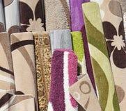 新的地毯待售在仓库里 免版税库存照片