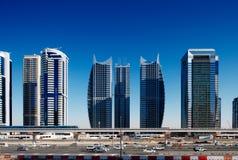 新的地铁线路俯视繁忙的回教族长Zayed Road 免版税图库摄影