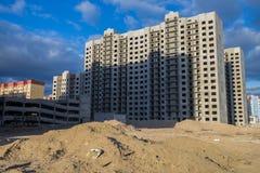 新的多层的房子的建筑在荒原 免版税库存图片