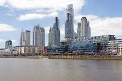 新的大厦在马德罗港在布宜诺斯艾利斯,阿根廷 免版税库存图片