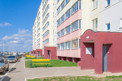 新的大厦新的入口在市的庭院区切博克萨雷,楚瓦什人共和国,俄罗斯 05/04/2016 免版税库存图片