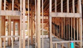 新的大厦未完成木框架和射线建筑外 图库摄影