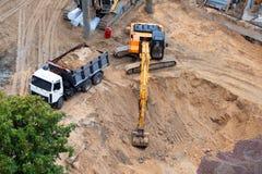 新的大厦的具体基础的建筑 建筑机械,挖掘机,顶视图 免版税库存图片