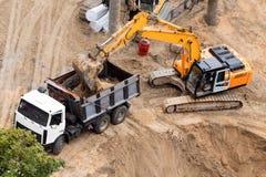 新的大厦的具体基础的建筑 建筑机械,挖掘机,顶视图 图库摄影