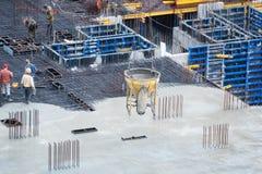 新的大厦的具体基础的建筑 成水平水泥的建造场所工作者鸟瞰图  免版税图库摄影