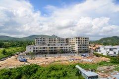 新的大厦的建筑在晴天 免版税图库摄影