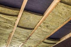 新的大厦顶楼天花板的绝热矿物矿毛绝缘纤维设施 库存图片