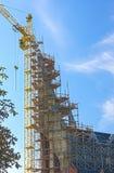 新的大厦建造场所在秋季的反对蓝色Sk 库存图片