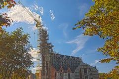 新的大厦建造场所在秋季的反对蓝色Sk 库存照片