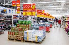 新的大型超级市场Magnit的内部 库存图片