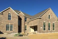新的大砖房子建筑 免版税库存图片