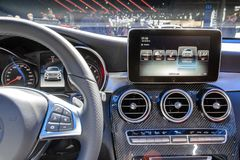 新的奔驰大伦敦市议会250 4个马蒂克协定SUV汽车内部dashoard被陈列在巴黎汽车展示会 免版税库存照片