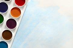 新的套水彩在纸片说谎,以蓝色冲程的形式,显示一张抽象水彩图画 骗局 免版税图库摄影