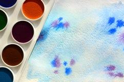 新的套水彩在纸片说谎,以蓝色冲程的形式,显示一张抽象水彩图画 骗局 免版税库存图片