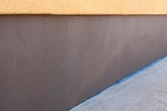 新的完成的涂灰泥的房子基础 免版税库存照片