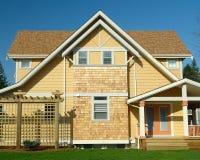 新的家外部黄色房屋板壁 免版税图库摄影