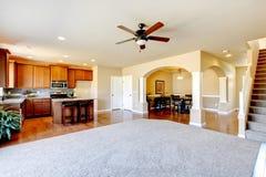 新的家庭厨房内部和客厅内部, 免版税库存照片