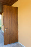 新的家的金属前门 免版税图库摄影