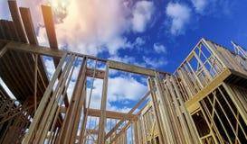 新的射线建筑家庭构筑在蓝天 库存照片