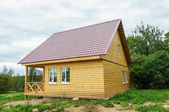 新的小木乡间别墅 免版税库存图片