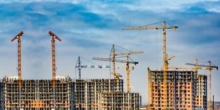 新的居民住房的建筑反对天空的 建筑业的概念 免版税图库摄影