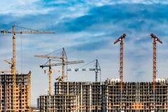 新的居民住房的建筑反对天空的 建筑业的概念 库存照片