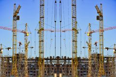 新的居民住房的建筑反对天空的 免版税库存图片