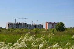新的居民住房的建筑在城市的郊区 库存图片